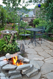 Fire pit patio for flagstone
